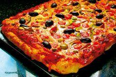 O pizza de casă cu blat pufos şi topping delicios de legume şi bacon. O reţetă pe care trebuie să o încerci!