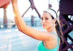 КАК УСТРАНИТЬ ДРЯБЛОСТЬ РУК  Вам приходится прятать руки в одежду с длинным рукавом и не поднимать их высоко - иначе становится видна дряблая кожа от подмышки до локтя.  Упражнение-хит:  1. Встаньте прямо или сядьте на стул (как вам будет удобно). Возьмите гантели от 2 до 5 кг в руки, поднимите руки над головой и согните локти, заведя гантели за голову. Поднимайте обе руки над головой, выпрямляя их в локтях.  Если вам еще трудно делать это упражнение с двумя гантелями, воспользуйтесь сначала…