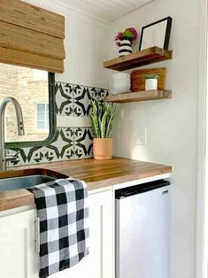 How to install an easy removable kitchen backsplash in a tiny RV with self-adhesive wallpaper. It takes minutes to apply this wallpaper and turn a plain kitchen backsplash into a showstopper. #diy #kitchenbacksplash #rvremodel #rvkitchenbacksplash #removablewallpaper Wallpaper Panels, Textured Wallpaper, Self Adhesive Wallpaper, Stick On Kitchen Backsplash, Tongue And Groove Ceiling, Caravan Decor, White Wash Brick, Diy Rv, Removable Wall