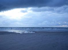 Blauer Sonnenuntergang an der dänischen Atlantikküste