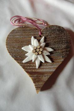 Wanddeko - Holzherz mit Edelweiß, Altholz, Herz, Holz, Deko - ein Designerstück von Socke-Lucia bei DaWanda