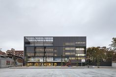 Roger Méndez . Escola dels Encants . Barcelona (1) school gevel geperforeerd volume schakeling terras structuur