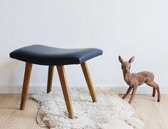 Vintage voetenbank met zwart skai. Houten retro kruk/luiwammes   Kekke meubels   Flat Sheep