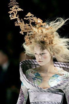 Runway couture by Alexander McQueen. Gemma Ward for Philip Treacy Hat for Alexander McQueen Fashion Show, Spring/Summer 2005 Look Fashion, Fashion Details, Fashion Art, Editorial Fashion, Fashion Show, Fashion Design, High Fashion, Christian Dior, Marie Antoinette