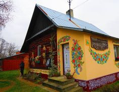 We take you to Poland, in the small village of Zalipie, which has become famous thanks to the floral paintings that decorate the houses, giving a unique charm to the village.