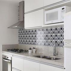 Cozinha l A escolha de um belo revestimento de parede, muda completamente e transforma uma simples cozinha branca.