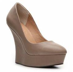 Plataforma, cuña, nude y terciopelo junto en un zapato, es ideal