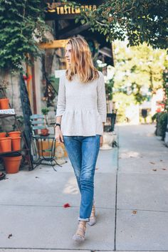 rolled cuff + lace-up flats Fall style in AG High Rise Skinny Jeans and Lace Up Flats Peplum Top Outfits, Casual Outfits, Cute Outfits, Peplum Tops, Spring Summer Fashion, Spring Outfits, Autumn Winter Fashion, Look Fashion, Fashion Outfits