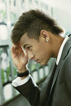 Neymar is both a soccer superstar and a hair inspiration. Check out the latest Newmar hair ideas and hairstyles from blonde mullets to mohawks, undercuts. Neymar Jr, Neymar Football, Clairol Natural Instincts, Classy Hairstyles, Hairstyles Haircuts, Good Soccer Players, Football Players, Cristiano Ronaldo, Hair Styles 2014