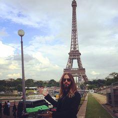 Jared Leto.- Allow me to introduce to the legendary lamppost…uh, I mean the Eiffel Tower. #Paris #lovelustfaithdreamstour (via http://instagram.com/p/qM5_pwzBVL/?modal=true
