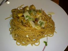 Whole weat spaghetti with cottage cheese, leek and mushrooms