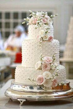 Si lo elegante es lo suyo, que tal este pastel de boda!! <3 <3