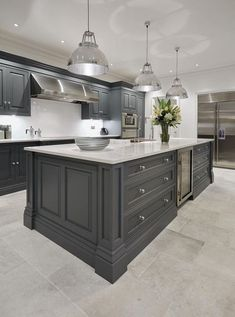 grey kitchen interior Do you want to create an elegant kitchen design? You do not have to call a contractor to do so. In fact, designing your kitchen is about endless project. Elegant Kitchens, Grey Kitchens, Luxury Kitchens, Home Kitchens, Kitchens With Gray Cabinets, White Cabinets, Wood Cabinets, Tom Howley Kitchens, Gray Kitchen Backsplash