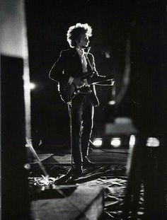 Bob Dylan, nome d'arte diRobert Allen Zimmerman(Duluth,24 maggio1941), è uncantautoreecompositorestatunitense. #Bobdylan
