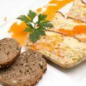 Receta de Karlos Arguiñano de pastel de puerros y gambas, con gambas, nata líquida y pan de semillas para acompañar.
