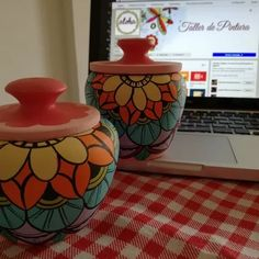 mate + azucarera de madera pintados a mano Bottle Painting, Bottle Art, Bottle Crafts, Pottery Painting Designs, Pottery Designs, Pottery Art, Flower Pot Art, Flower Pot Design, Painted Plant Pots