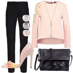 Mai rinunciare al pantalone nero preferito nemmeno per un evento elegante. Basta aggiungere una blusa nel colore più femminile esistente e delle scarpe elegantemente vezzose. Collana e anelli moderni e luminosi e borsa lucida particolare.