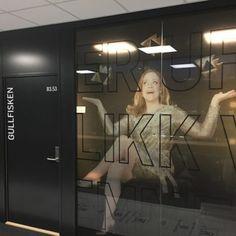 Vindusdekor TV 2 kontor Mirror, Tv, Mirrors, Television Set, Television
