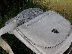 Sac #Besace Musette cousu par Marie-Claude en simili blanc/nacré et coton petites fleurs. Patron de #couture Sacôtin.