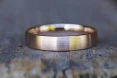 Dieser wunderschöne schlichte Ring wird in 585/- Rotgold gearbeitet. Der Ring ist zart strichmatt außen,innen poliert,sehr angenehm zu tragen. Das Profil ist ein außen und innen und an den Rändern gleichermaßen abgerundeter Vierkant, er ist nicht so dick, eher flacher gehalten, dadurch schmiegt er
