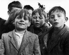 "Paris 1958 ""Ma Bande""  Sabine #Weiss #photo #photographie #photographer #photography #photographe #OlivierOrtion"