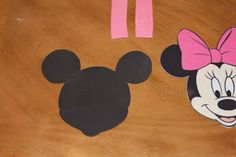 Minni Maus Geburtstagstorte      1. Cut the outline of the face                   2. Cut out eyes, nose and mouth                 3. Draw...