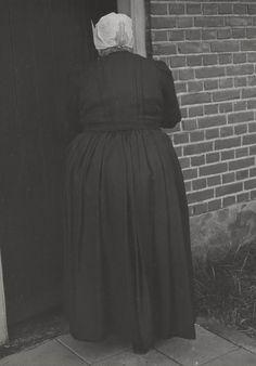 Vrouw in streekdracht uit Blaricum. Ze is gekleed in zondagse dracht, met de 'ronde muts'. Het jak en de rok zijn van donkere roodbruine stof 1952 #Blaricum #Gooi #NoordHolland #rond