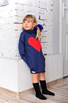 Dunkelblaues Kleid mit dem asymmetrischen Herzenmu von Mizerki Kids auf DaWanda.com