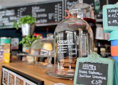 Café in Düsseldorf: Ein kleines Stück London bringt das tolle Café Covent Garden nach Düsseldorf. Hier bekommst du richtig guten Café, Kuchen, Paninis und noch viel mehr.