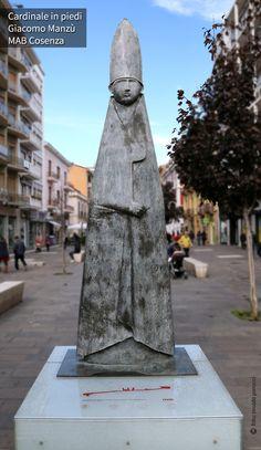 MAB Cosenza - Cardinale in piedi, di Giacomo Manzù.