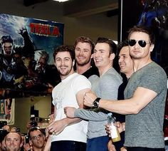 Chris Evans with Aaron Taylor Johnson, Chris Hemsworth, Jeremy Renner, Mark Ruffalo at SDCC One sexy group of guys Marvel Dc, Marvel Actors, Marvel Characters, Chris Hemsworth, Mark Ruffalo, Mark Wahlberg, Jeremy Renner, Marvel Jokes, Marvel Funny