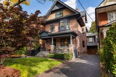 Originally built in this Edwardian house got a swanky interior after a recent renovation Toronto Neighbourhoods, Buying A Condo, Edwardian House, Victorian Houses, Floating Staircase, Rooftop Patio, New Condo, Built In Desk, Selling Real Estate