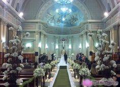 Para conseguir um espacinho em uma igreja católica para se casar é necessário antecedência e dinheiro no bolso! Concorridas, muitas igrejas têm agendas reservadas por mais de um ano e fazem vários casamentos em um só dia.
