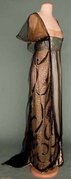 Worth evening gown, Paris, c. 1912 (side) I love Worth gowns so much! Edwardian Dress, Edwardian Fashion, Vintage Fashion, Edwardian Era, Gothic Fashion, Timeless Fashion, Vestidos Vintage, Vintage Gowns, Vintage Outfits