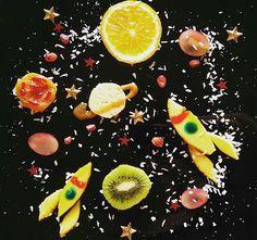 А вот и наш вкусный космос в тарелке,день космонавтики как никак🚀 Америку не открыли,конечно,но давно хотели такой сварганить) Здесь у нас апельсин, киви, манго, сыр, виноград, курага, гранат, кокосовая стружка и съедобные красители..Мама сделала,Кирюха с удовольствием все слопала) #наша_яркая_весна2016 #наша_яркая_весна2016_5 #наша_яркая_весна2016_kirusha  #для_копилкаидей#дляall4mammy#для_play_everyday#квикдекор#smileymommies_ideas#творчествоскирюхой#кирямбе3#instadeti_club_развивашки