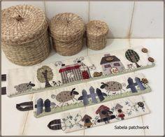 Mi aportación al patchwork y la costura creativa. La mejor terapia que he encontrado para evadirme, relajarme y divertirme. ¿Me acompañan? Machine Embroidery Quilts, Applique Quilts, Embroidery Applique, Pach Aplique, Stitch Patch, Fabric Covered Boxes, Japanese Patchwork, Christmas Applique, Sewing Baskets