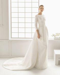 Vestido y cola de brocado de seda con adorno de vainica, en color natural.