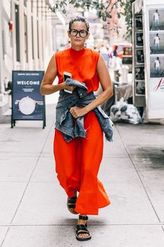 The power color of the season looks best in monochrome. See (and shop) the all-red outfits that feel so festive. Street Style 2018, Nyfw Street Style, Street Chic, Red Dress Outfit Casual, Casual Outfits, Red Outfits, Spring Summer Fashion, Spring Outfits, Autumn Fashion