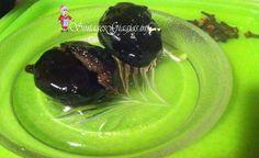 25 μικρά καρυδάκια (1 κιλό περίπου) 1 κιλό ζάχαρη 1 και 1/2 ποτήρι νερό 10-15 μοσχοκάρφια 2 κουταλιές της σούπας γλυκόζη 1/2 κουταλάκι του γλυκού κοφτό ξυνό      Εκτέλεση Συνταγής  Βήμα1  Αρχικά, θα πρέπει να διαλέξουμε μικρά και τρυφερά καρυδάκια. Τα τρυπάμε με μία μεγάλη βελόνα για να δούμε αν περνάει εύκολα. Αν δεν περνάει εύκολα δεν μπορούμε να τα χρησιμοποιήσουμε για γλυκό τα καρυδάκια.  Βήμα2  Με τον ψιλόφλουδο καθαριστή αφαιρούμε την φλούδα από τα καρυδάκια και με ένα μαχαιρά...