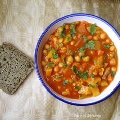 Cuando pensamos en la cocina marroquí nos llegan aromas a mezclas de especias y los vivos colores de sus platos, ¿conocéis alguno y lo habéis cocinado?. la verdad es que hay muchas recetas de esta cocina muy fáciles de veganizar, ya que la base es en muchos casos, legumbres y verduras.