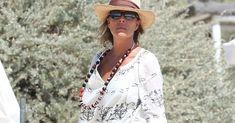 Carolina de Mónaco, se encuentra de vacaciones en Saint Tropez con unos amigos antes de la boda de suhijo. Con una túnica, sombrero y bol...