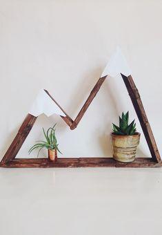 DIY mountain shelf made of ice sticks DIY – crafts with ice cream sticks. The Berregal is super simply crafted and looks just cute. Diy Tumblr, Diy Interior, Mountain Shelf, Wood Crafts, Diy Crafts, Kids Wood, Artisanal, Diy Organization, Diy Furniture