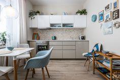 Jednoduché línie kuchynskej linky vytvárajú jemný,...   DOMA.SK Table, Furniture, Home Decor, Decoration Home, Room Decor, Tables, Home Furnishings, Home Interior Design, Desk
