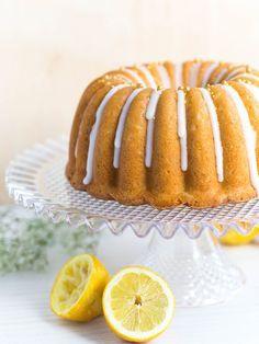 Maailman Paras Sitruunakakku on mehevää, pehmeää, raikasta ja taivaallisen herkullista! Sitruunainen siirappi tuo mehevyyden tähän kakkuun! Baking Recipes, Cake Recipes, Dessert Recipes, Cakes Plus, Sweet Bakery, Sweet Pastries, Little Cakes, Coffee Cake, No Cook Meals