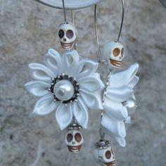 Boucles d'oreilles dormeuse fleurs kanzashi satin ivoire tete de mort