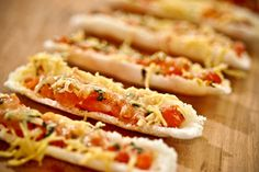 Canoinhas de tapioca gratinadas  15 canoinhas de tapioca    2 tomates sem pele e sem sementes cortado em cubos pequenos    ¼ xícara (chá) de manjericão fresco picado    30g de queijo parmesão ralado