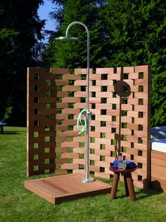 Se imponen los diseños escultóricos e impactantes que se convierten en piezas decorativas de primer orden. Duchas de exterior que te refrescarán para pasar este calor. #interiorismo #diseño #arquitectura