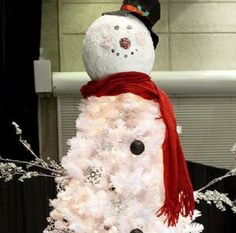 Albero di Natale a mò di pupazzo di neve #xmastree #christmastree #snowman Christmas Snowman, Christmas Time, Merry Christmas, Holiday, Italian Christmas Traditions, Homemade, Traditional, Outdoor Decor, Pictures