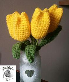 Egyszerű, mutatós tulipánok horgolva!   Elöszőr is meg kell horgolnunk a tulipán virágát és levelét. Ezek LISA  fonalból készültek.  Itt m...
