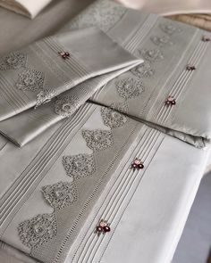 Crochet Lace Edging, Crochet Stitches, Trousseau Packing, Crafts With Pictures, Crochet Home Decor, Sewing Class, Linens And Lace, Heirloom Sewing, Jacquard Weave